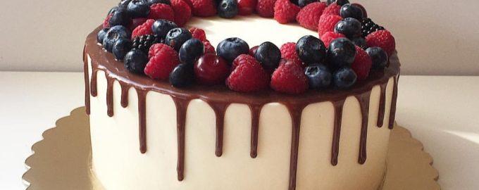 Черно-белый торт с глазурью и ягодами